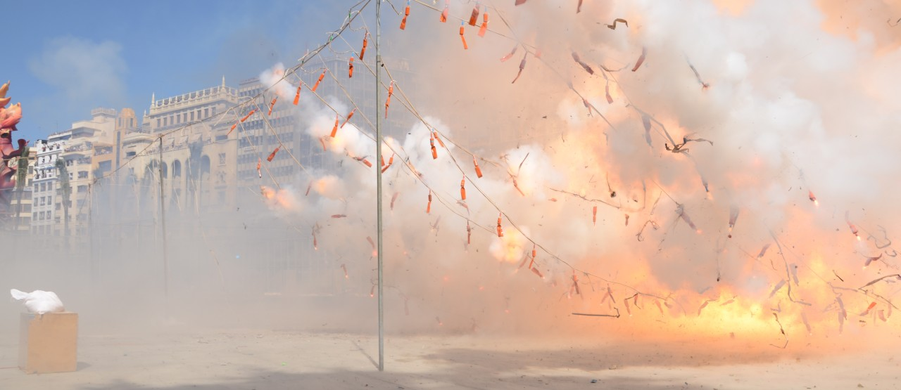 Daglicht vuurwerk show 'Mascletà Scheveningen' als opening van TodaysArt 2014